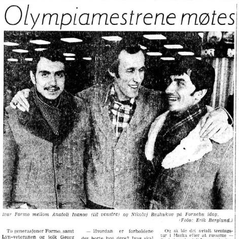 Faksimile Aftenposten 4.1.1977. To olympiske mestere møtes på Fornebu - Ivar Formo i midten og Basjukov til høyre. Sammen med dem står Anatolij Ivanov, regjerende junior-europamester.