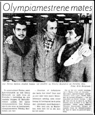 Faksimlie Aftenposten 4.1.1977. To olympiske mestere møtes på Fornebu - Ivar Formo i midten og Basjukov til høyre. Sammen med dem står Anatolij Ivanov, regjerende junior-europamester.