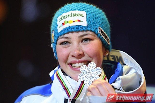 Elena Runggaldier vant jentenes hopprenn under Vinteruniversiaden i 2011. Her viser hun fram sølvmedaljen hun tok under VM i Oslo samme år.