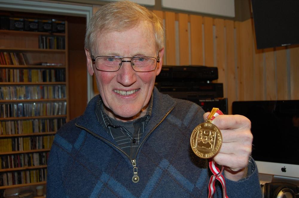 Jon Høiås med gullmedaljen fra Universiaden i 1968. (Foto: Andreas Reitan, Nea Radio)