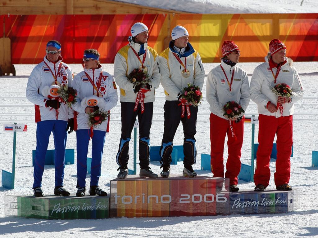 Bjørn Lind og Thobias Fredriksson øverst på seierspallen, som de første OL-vinnere i lagsprint i 2006. (Foto: Bjarte Hetland)