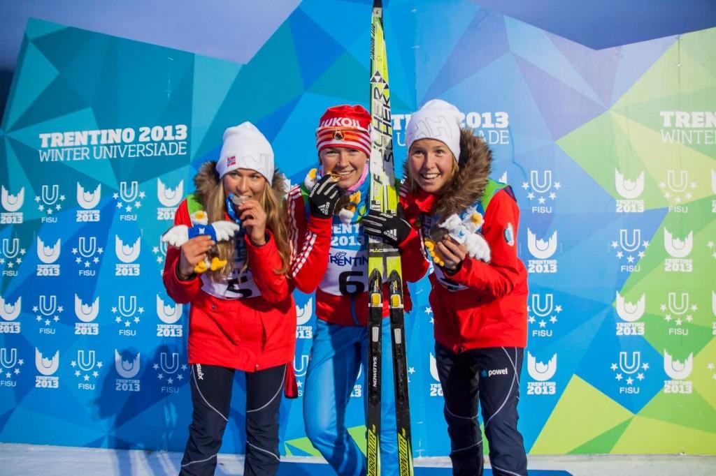Fra medaljeutdelingen for jentenes 15 km klassisk fellesstart under Universiaden i Trentino. Fra høyre: Marte Monrad-Hansen (sølv), Oksana Usatova, Russland (gull) og Astrid Øyre Slind (bronse).