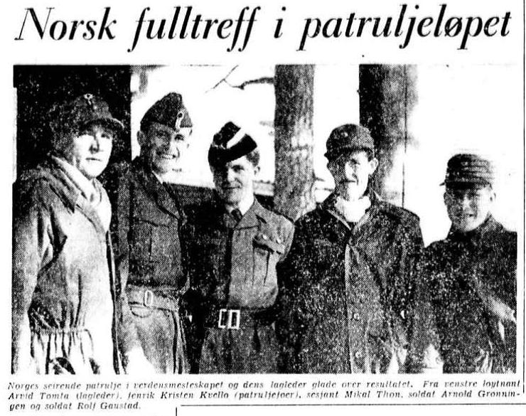 Faksimile Aftenposten 5.3.1956 – Norges seirende patrulje i militær-VM og laglederen etter seieren. Fra venstre løytnant Arvid Tomta (lagleder), fenrik Kristen Kvello (patruljefører), sersjant Mikal Thon, soldat Arnold Grønningen og soldat Rolf Gaustad.