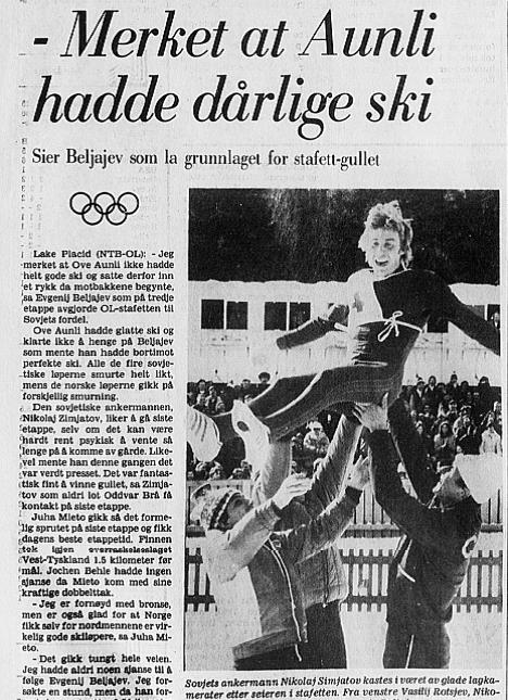 Faksimile Stavanger Aftenblad 21.2.1980 – Sovjets ankermann Nikolaj Simjatov kastes i været av glade lagkamerater etter seieren i OL-stafetten i Lake Placid. Fra venstre: Vasilij Rotsjev, Nikolaj Basjukov og Jevgenij Beljajev.