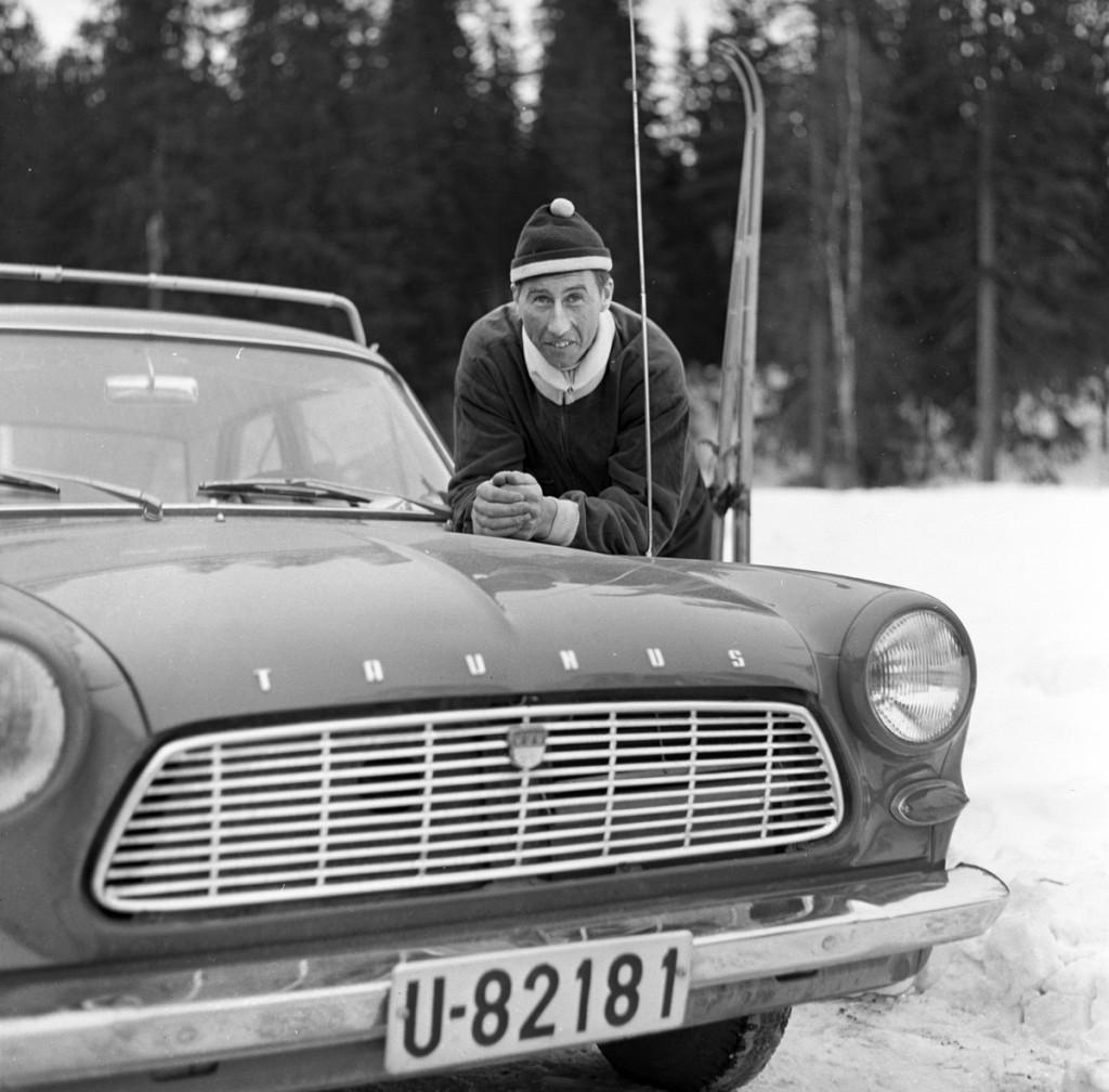 Harald Grønningen ved bilen sin, mars 1963. I denne bilen kjørte Grønningen hundrevis av mil, fra løp til løp, i Norge, Sverige og Finland.