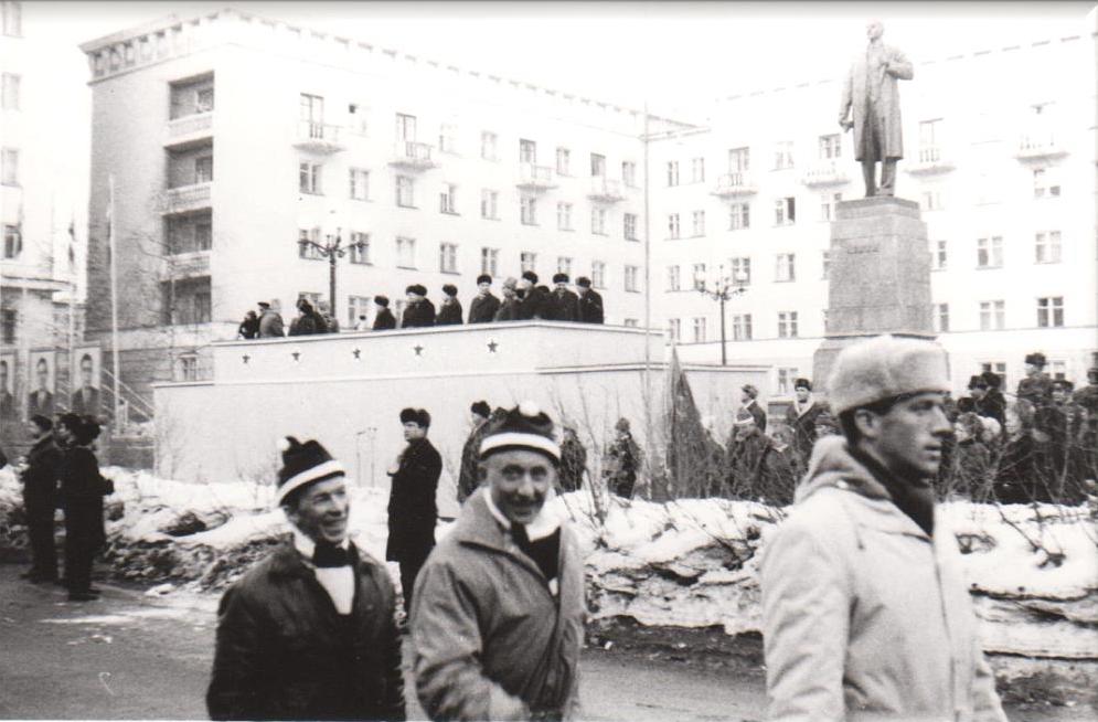 Magne Myrmo, Reidar Wigelius og Anders Porsanger under åpningsparaden i Murmansk. I bakgrunnen Lenin og den politiske og idrettspolitiske ledelse - illustrerende for tiden bildet er tatt i.