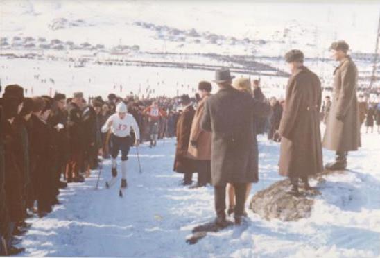Stemningsbilde fra Nordfestivalen i Murmansk, der både den norske skieliten og lokale løpere fra Finnmark deltok. Vi ser unggutten Gustav Nilsen under en stafett.