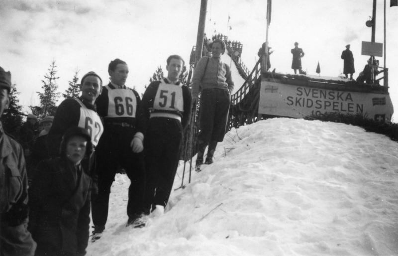 Arne Hoel vant det første hopprennet i Svenska Skidspelen. Her ser vi ham med startnummer 51 i Östersund året etter. Med startnummer 62 ser vi Vidar Lindboe-Hansen som tok 2. plass i Svenska Skidspelen i 1948.