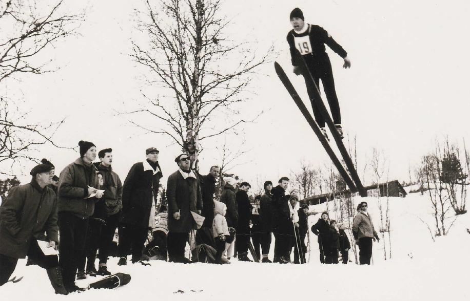 Kombinertløperen Knut Bakketun i hoppbakken. Bildet er tatt i Træabakken på Reimegrend i 1971. Selv om han senere hadde sin styrke i langrennssporet ble han i 1965 kretsmester for Hordaland i spesielt hopp i 1965. Med litt godvilje kan vi kanskje ane en liten V-stil? (Privat bilde)