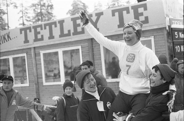 Berit Mørdre bæres på gullstol av Inger Aufles (til venstre) og Ingrid Wigernæs etter å ha sikret sølv til det norske laget på stafetten under VM i Oslo i 1966. (Foto: Riksarkivet / Billedbladet NÅ / Klæboe og Lauritzen)