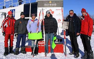 Anders Lenes (nr 2 fra venstre) tar imot et stipend på vegne av sin sønn i 2004.