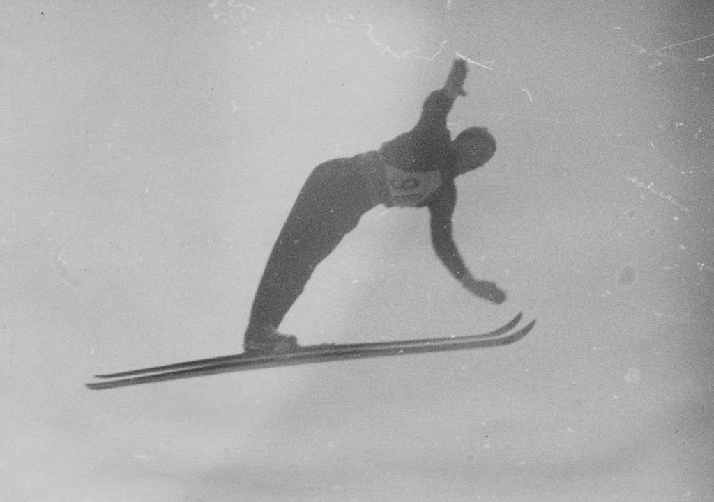 Gustav Raaum i sitt førstehopp i Holmenkollen i 1946.
