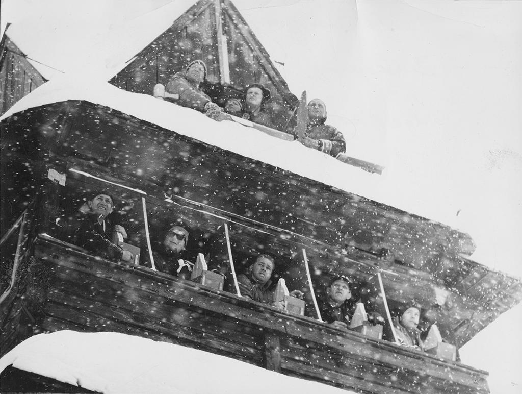 Gus Raaum (lengst til høyre) i dommertårnet under VM i Zakopane i 1962.