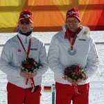 Jens Arne Svartedal og Tor Arne Hetland får sine sølvmedaljer for sølv på sprintstafetten under OL i Torino 2006.