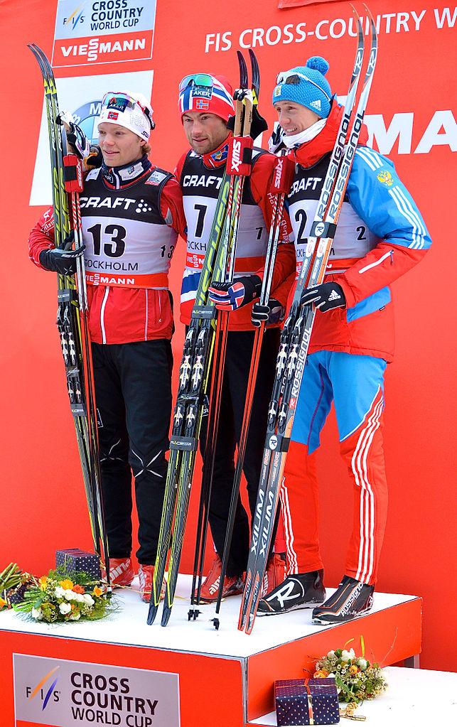 Bilde av Petter Northug på seierspallen, sammen med Eirik Brandsdal og Nikita Kriukov.