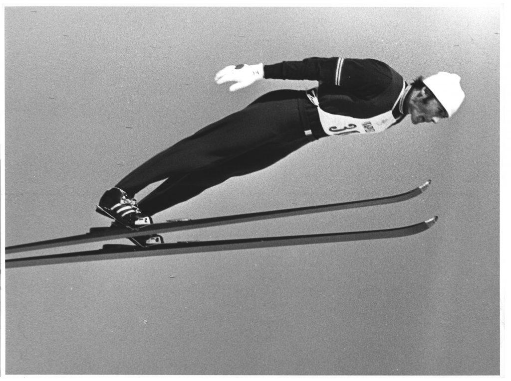 Bilde av kombinertløperen Gjert Andersen som hopper på ski.