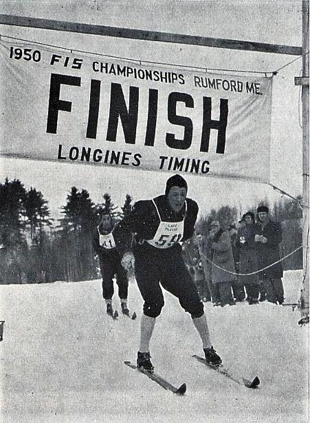 Bilde av langrennsløperen Arnljot Nyaas som passerer mål under VM i 1950.