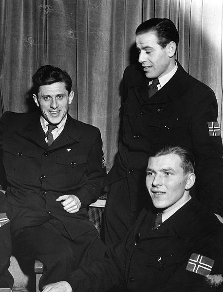 Bilde av skihopperne Petter Hugsted, Vidar Lindboe-Hansen og Hans Bjørnstad i forbindelse med ski-VM i 1950.